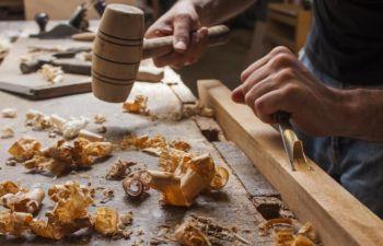 Initiation au travail du bois au côté d'un ébéniste passionné